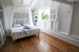 La Petite Villa Guadeloupe - villa A - Chambre 3 climatisée sur la mezzanine au dessus du salon